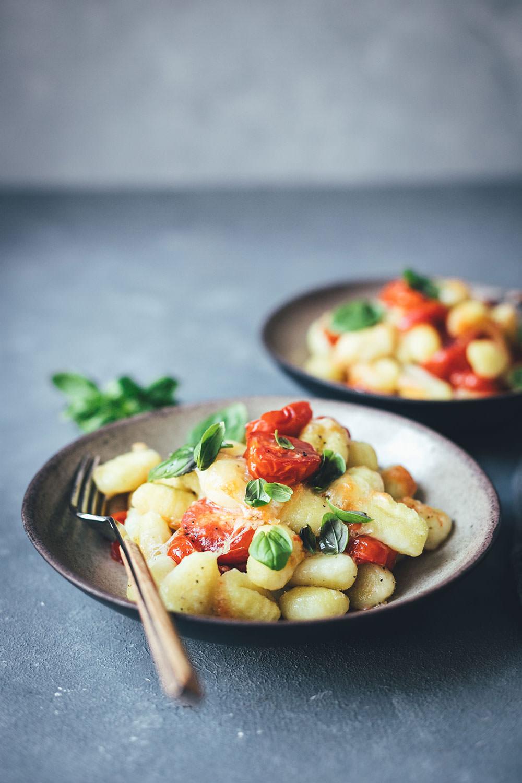 Rezept für Gnocchi mit Tomaten und Mozzarella – Fix vom Blech! | kinderleichtes Rezept mit nur 5-10 Minuten Arbeitswaufwand – den Rest erledigt der Ofen | Rezept für Kochanfänger, Nichtköche oder Kinder | moeyskitchen.com