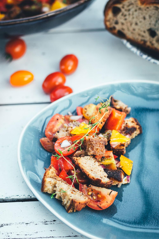 Rezept für italienischen Brotsalat. Leckere Abwandlung vom Panzanella mit frischen Tomaten, Paprika, roter Zwiebel und knusprig geröstetem Brot | moeyskitchen.com