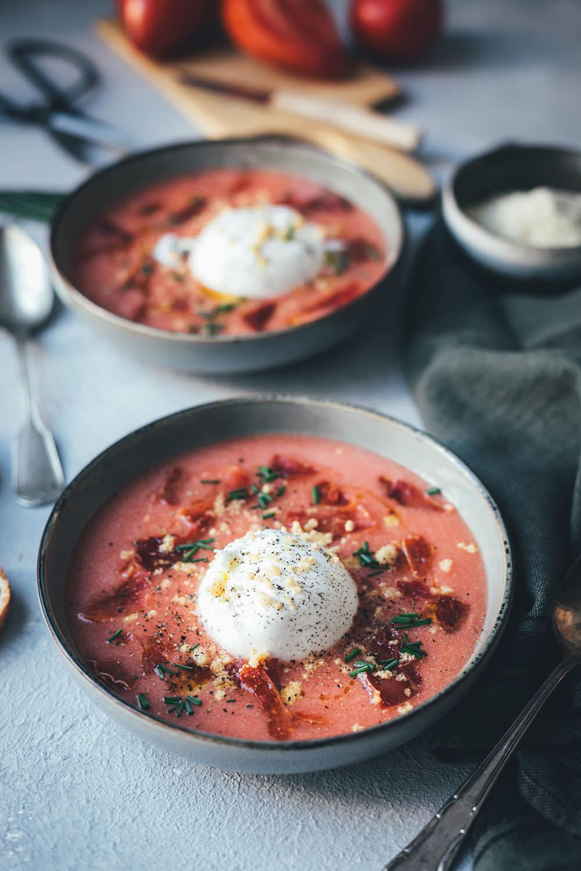 Rezept für kalte Tomatensuppe im Stil einer spanischen Salmorejo, einer Abwandlung der klassischen Gazpacho | serviert mit Burrata, gerösteten gemahlenen Mandeln und Serranoschinken-Chips | moeyskitchen.com
