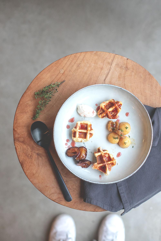 Rezept für Lütticher Waffeln, serviert mit ofengerösteten Ahornsirup-Zwetschgen, karamellisierten Vanille-Äpfeln mit Walnüssen und einem Klecks französischer Crème fraîche   moeyskitchen.com