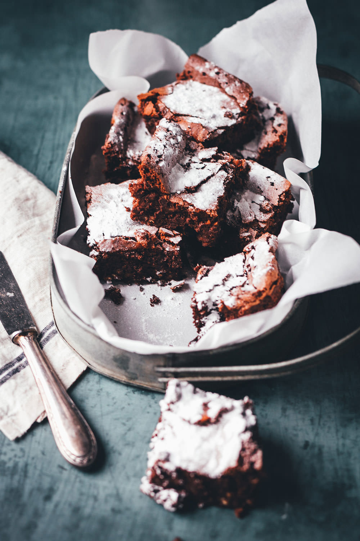 Rezept für saftige Milchreis-Brownies mit Schokolade. Statt mit Mehl werden sie mit Milchreis gebacken, damit sind die glutenfrei und die Zubereitung ist ganz einfach.   moeyskitchen.com