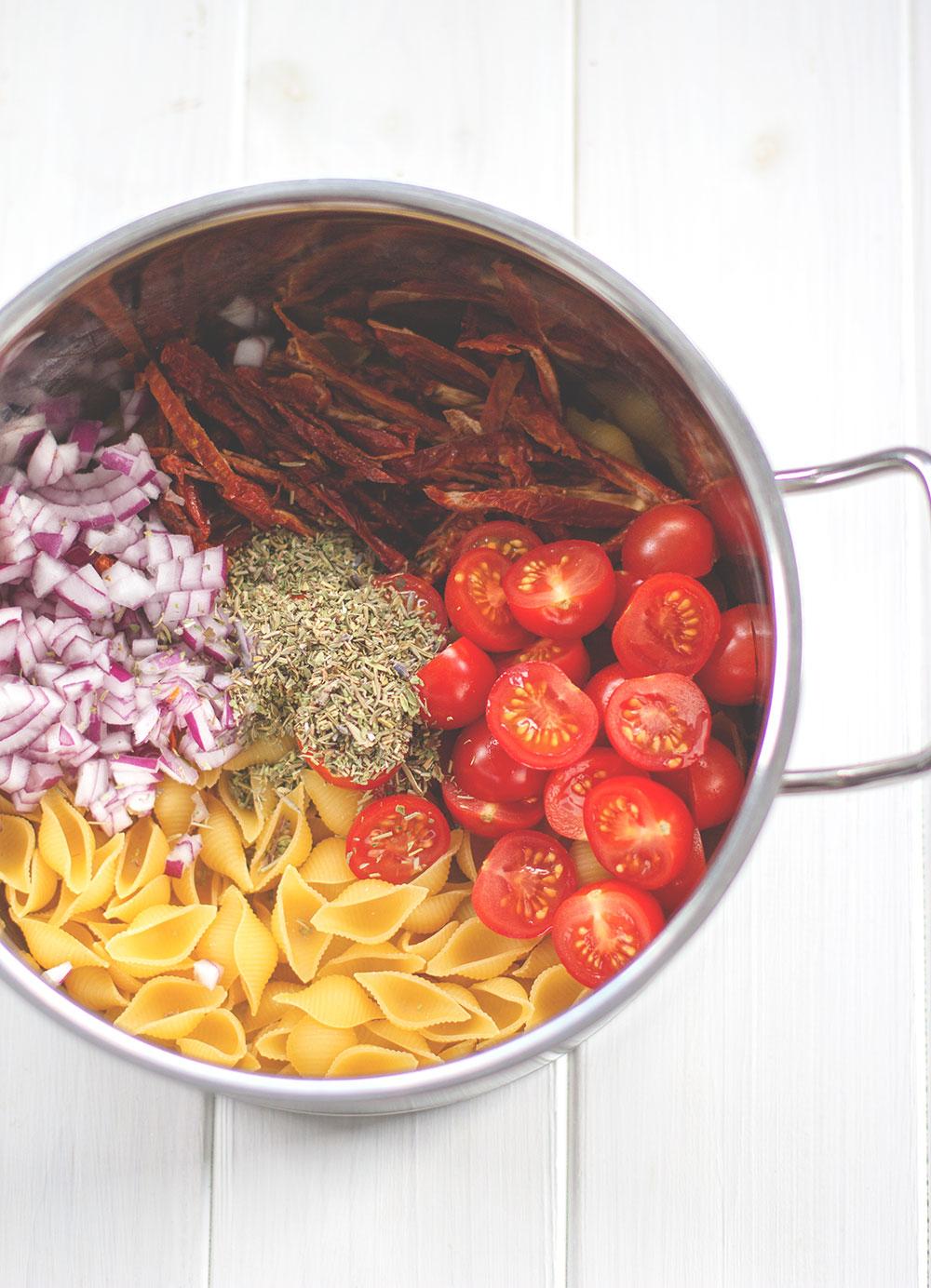 Rezept für vegetarische One Pot Pasta mit Feta und Tomaten | moeyskitchen.com