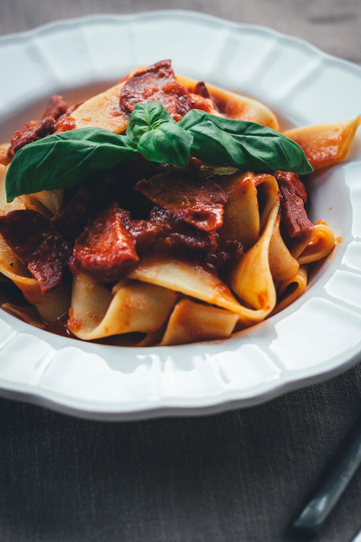 Rezept für würzige Pasta mit schneller Chorizo-Tomatensauce | moeyskitchen.com