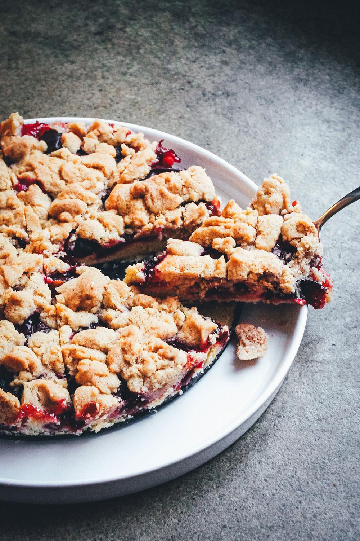 Rezept für einen und leckeren Pflaumenkuchen mit saftigem Rührteigboden und knusprigen Zimt-Streuseln   moeyskitchen.com