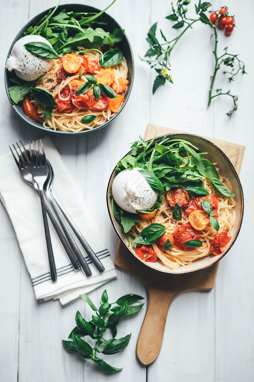 Rezept für Sommer-Pasta mit geschmorten Tomaten, Rucola und Burrata | moeyskitchen.com