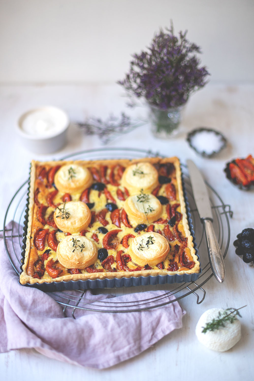 Rezept für französische Tomaten-Tarte mit halbgetrockneten-Tomaten, Ziegenkäse, Oliven und Thymian | moeyskitchen.com