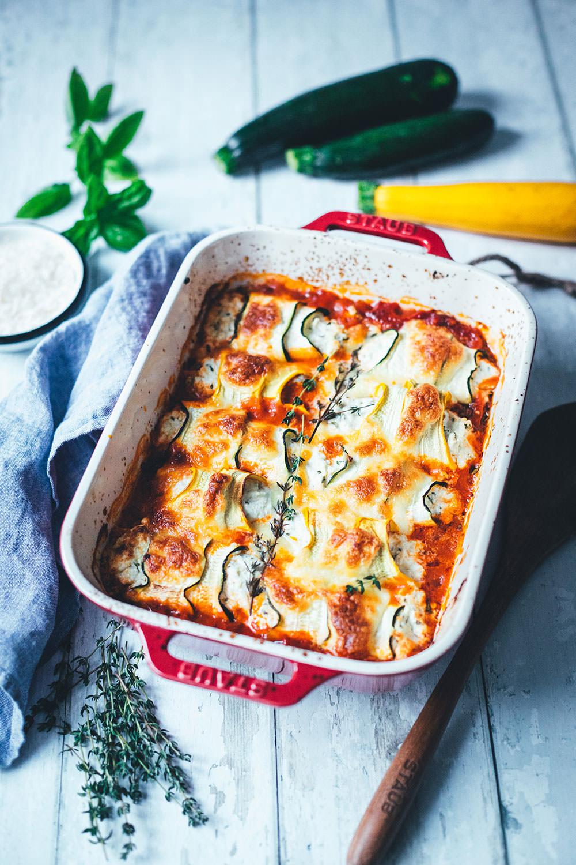 Rezept für gratinierte Zucchini-Ricotta-Röllchen mit Tomaten und Mozzarella. Würziger Auflauf mit Sommergemüse und Kräutern, perfekt für die schnelle Feierabendküche. | moeyskitchen.com
