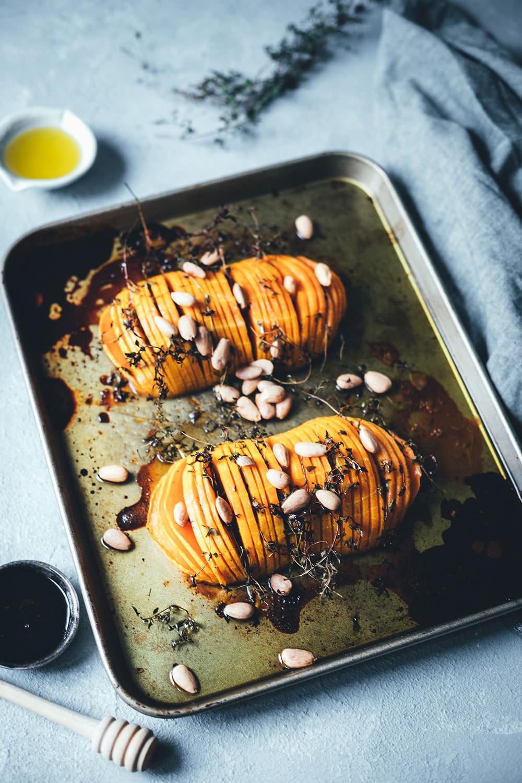 Rezept für Hasselback Butternut Kürbis   Butternusskürbis wird mit Thymian, Olivenöl, Honig, Essig und Mandeln im Ofen weich gegart   moeyskitchen.com