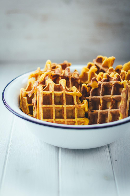 Rezept für leckere Kürbis-Waffeln - außen knusprig und innen weich   serviert mit luftig aufgeschlagener Honig-Zimt-Butter   moeyskitchen.com
