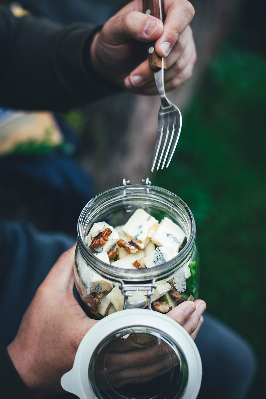 Rezept für herbstlichen Nudelsalat im Glas. Das perfekte Mittagessen für unterwegs, zum Picknick, im Büro oder am heimischen Schreibtisch. Mit kerniger Vollkorn-Pasta, knackiger Birne, würzigem Rucola, gerösteten Walnusskernen und leckerem CAMBOZOLA. Einfach zu machen und gut als Meal Prep vorzubereiten. | moeyskitchen.com
