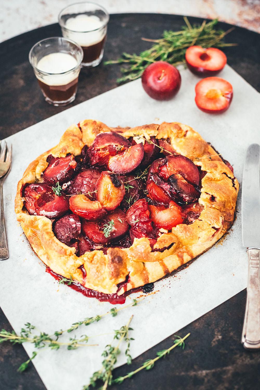 Rezept für leckere Pflaumen-Crostata – das ist ein wunderbar knuspriger Pflaumenkuchen, als rustikale Galette gebacken und mit Thymian verfeinert. Mit frischen Pflaumen, Mirabellen oder Zwetschgen perfekt für den Spätsommer. Die Tarte braucht nur wenig Zucker und schmeckt dann köstlich zu Schlagsahne oder Vanilleeis! | moeyskitchen.com