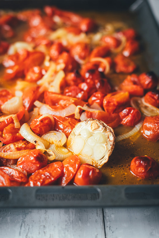 Rezept für cremige Tomatensuppe als blitzschnelle Rösttomatensuppe aus dem Ofen. Verfeinert mit Zwiebeln, Knoblauch, Parmesan und Basilikum. Fix auf dem Tisch und perfekt für die schnelle Feierabendküche im Spätsommer! | moeyskitchen.com