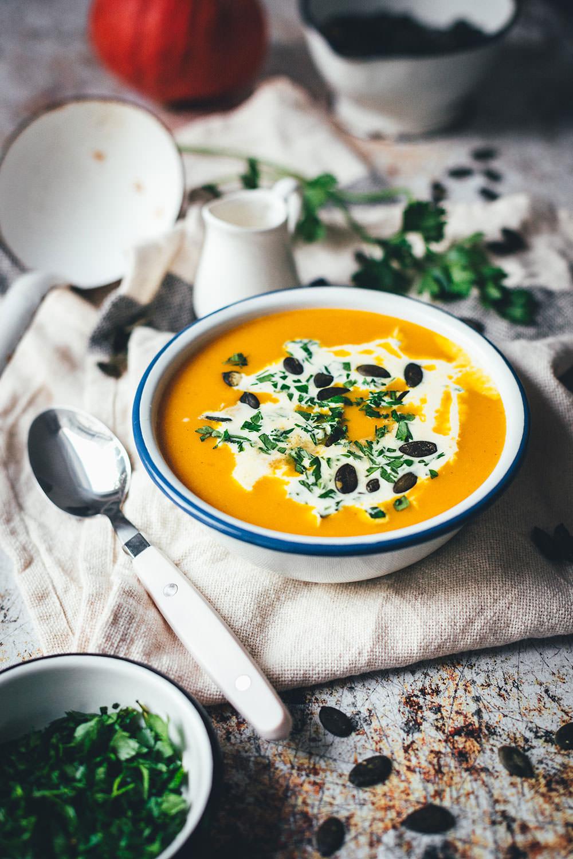Rezept für klassische Kürbissuppe. Ganz einfache und unkomplizierte, vegetarische Suppe aus Hokkaido Kürbis, Kartoffeln und Möhren. Verfeinert mit Sahne und Kürbiskernen und mit Curry abgeschmeckt. Blitzschnell auf dem Tisch und so lecker! | moeyskitchen.com