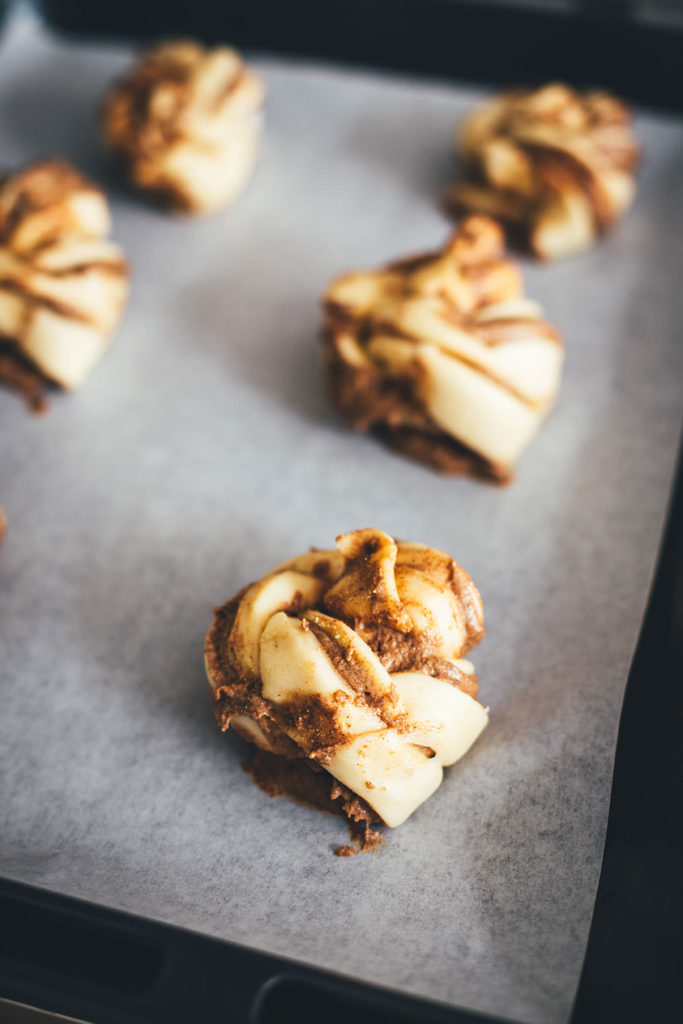 Rezept für schwedische Zimknoten – Kanelknutar sind saftige Zimtschnecken aus weichem Hefeteig und leckerer Füllung mit Zimt und braunem Zucker. Die Hefeschnecken werden beim Backen außen richtig schön knusprig und innen weich. Skandinavische Zimtschnecken und Zimtknoten werden traditionell mit Kardamom gebacken und lassen sich schnell und einfach zubereiten. Außerdem kann man sie hervorragend aufbacken! | moeyskitchen.com